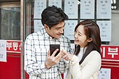 부동산, 상점, 30대 (장년), 남성, 여성, 신혼부부, 스마트폰, 비교, 미소, 밝은표정, 희망 (컨셉)