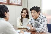 부동산정책 (부동산), 중개인 (판매업), 거래, 조언 (컨셉), 신혼부부 (부부), 계약
