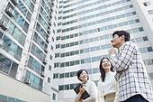 부동산정책 (부동산), 중개인 (판매업), 거래, 조언 (컨셉), 신혼부부 (부부), 미소