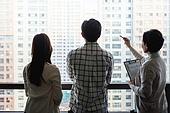 부동산정책 (부동산), 중개인 (판매업), 거래, 조언 (컨셉), 신혼부부 (부부), 아파트, 설명, 뒷모습, 실루엣