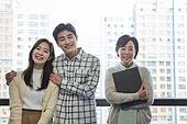 부동산정책 (부동산), 중개인 (판매업), 거래, 조언 (컨셉), 신혼부부 (부부), 아파트, 미소, 밝은표정