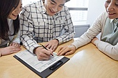 부동산정책 (부동산), 중개인 (판매업), 거래, 조언 (컨셉), 신혼부부 (부부), 계약, 미소, 계약 (서류), 글씨쓰기 (움직이는활동)