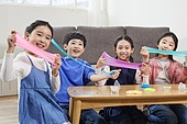 어린이 (나이), 장난감, 교육 (주제), 재미, 슬라임 (장난감), 끈적끈적함 (물체묘사), 미소, 즐거움