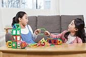 어린이 (나이), 장난감, 교육 (주제), 재미, 소녀, 장난감모빌 (장난감), 싸움 (물리적활동)