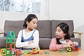어린이 (나이), 장난감, 교육 (주제), 재미, 소녀, 장난감모빌 (장난감), 싸움 (물리적활동), 삐침 (어두운표정)