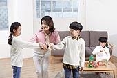 어린이 (나이), 장난감, 교육 (주제), 재미, 친구, 싸움 (물리적활동), 불만, 교사 (교육직), 화해 (컨셉), 중재