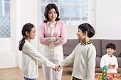 어린이 (나이), 장난감, 교육 (주제), 재미, 친구, 싸움 (물리적활동), 교사 (교육직), 화해 (컨셉), 중재, 악수 (제스처)