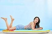 의료성형뷰티, 얼굴 (사람머리), 뷰티, 아름다움, 미녀, 사람, 사람피부, 한명, 여름, 시원함 (컨셉), 젖음, 포즈 (몸의 자세), 하늘, 비치웨어, 휴가 (주제), 물놀이튜브 (부풀림), 서핑보드 (수중스포츠장비), 해변