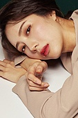 의료성형뷰티, 한국인, 얼굴 (사람머리), 클로즈업, 뷰티, 아름다움, 미녀, 사람피부, 감성 (컨셉), 기억, 기댐 (정지활동), 엎드림 (눕기)