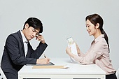 남성, 여성, 계약 (서류), 거래, 지폐, 불만 (컨셉), 카운팅 (계산)
