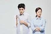 영수증 (서류), 과소비, 불경기 (컨셉), 가정경제 (금융), 고지서 (금융아이템), 부부, 후회 (어두운표정), 불만, 절망 (슬픔)