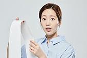 영수증 (서류), 과소비, 불경기 (컨셉), 가정경제 (금융), 고지서 (금융아이템), 여성, 놀람 (컨셉)