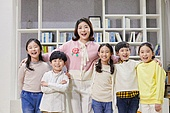 어린이 (나이), 교실, 학교생활, 교육 (주제), 미소, 밝은표정, 스승의날, 교사 (교육직), 어깨동무
