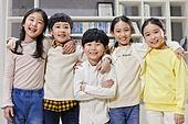 어린이 (나이), 교실, 학교생활, 교육 (주제), 미소, 밝은표정, 어깨동무