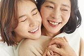 엄마, 딸, 커플룩 (옷), 미소, 밝은표정, 포옹, 클로즈업