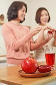 딸, 엄마, 석류, 건강식, 먹기, 주스 (차가운음료)