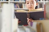 어린이 (나이), 독서, 초등학생, 소녀, 집중 (컨셉)