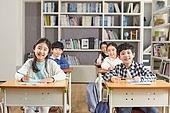 교실, 학교생활, 개학, 어린이 (나이), 초등교육, 수업중 (교육), 공부, 미소, 밝은표정