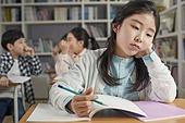 교실, 학교생활, 어린이 (나이), 초등교육, 소녀, 스트레스, 왕따, 속삭임 (말하기), 걱정 (어두운표정)