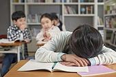 교실, 학교생활, 어린이 (나이), 초등교육, 소녀, 스트레스, 왕따, 속삭임 (말하기)