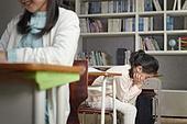 교실, 학교생활, 어린이 (나이), 초등교육, 소녀, 수업중, 딴청, 문제, 걱정 (어두운표정)