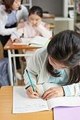 교실, 학교생활, 어린이 (나이), 초등교육, 소녀, 교사 (교육직), 공부, 수업중
