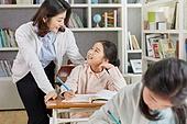 교실, 학교생활, 어린이 (나이), 초등교육, 소녀, 교사 (교육직), 공부, 수업중, 마주보기 (위치묘사), 미소