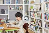 교실, 학교생활, 어린이 (나이), 초등교육, 소년, 노트북컴퓨터 (개인용컴퓨터), 인터넷강의 (인터넷)