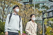 코로나바이러스 (바이러스), 코로나19 (코로나바이러스), 사회적거리두기 (사회이슈), 위기극복 (컨셉), 대기오염 (공해), 초미세먼지, 대기오염, 공해, 공해마스크 (마스크), 피로 (물체묘사), 고통 (컨셉), 횡단보도, 보행자 (역할)