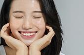 여성, 사람피부 (주요신체부분), 주근깨 (피부특징), 눈감음 (정지활동), 미소, 자신감