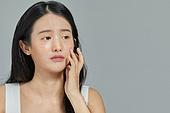 여성, 사람피부 (주요신체부분), 주근깨 (피부특징), 걱정 (어두운표정)