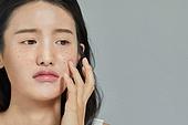 여성, 사람피부 (주요신체부분), 주근깨 (피부특징), 걱정 (어두운표정), 스트레스