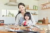 어린이 (나이), 엄마, 딸, 가족, 가정주방 (주방), 요리하기, 미소, 행복