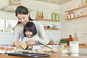 어린이 (나이), 엄마, 딸, 가족, 가정주방 (주방), 요리하기, 도우 (갈아서만든음식), 미소, 행복