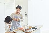 어린이 (나이), 엄마, 딸, 가족, 가정주방 (주방), 요리하기, 미소, 행복, 달걀 (식료품), 깨기
