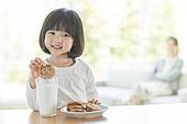 어린이 (나이), 소녀, 우유, 쿠키 (달콤한음식), 미소