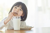 어린이 (나이), 소녀, 우유, 쿠키 (달콤한음식), 먹기 (입사용)