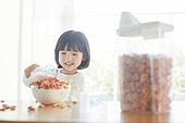 어린이 (나이), 소녀, 아침, 식사, 시리얼, 먹기 (입사용), 우유, 붓기, 미소