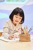어린이 (나이), 유아교육 (교육), 유치원생, 유치원, 색칠놀이 (페인팅하기), 미술 (미술과공예), 소녀 (여성)