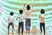 어린이 (나이), 유아교육 (교육), 유아교육, 유치원생, 놀이방 (방), 소년, 소녀, 점프 (물리적활동), 플레이 (움직이는활동)