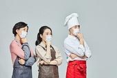 상인 (소매업자), 코로나19 (코로나바이러스), 마스크 (방호용품), 50대 (중년), 여성, 걱정 (어두운표정), 시장상인 (상인), 불경기 (컨셉)
