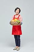 50대 (중년), 여성, 소매업자, 시장상인, 상인 (소매업자), 과일, 과일상자 (상자), 미소
