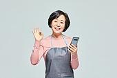 50대 (중년), 여성, 소매업자, 시장상인, 상인 (소매업자), 과일, 미소, 스마트폰, OK (손짓)
