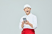 청년 (성인), 남성, 요리사, 조리복 (방호용품), 상인 (소매업자), 스마트폰, 미소