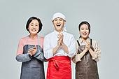 청년 (성인), 남성, 요리사, 조리복 (방호용품), 상인 (소매업자), 50대 (중년), 여성, 시장상인, 박수, 미소