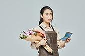 여성, 소매업자, 시장상인, 상인 (소매업자), 꽃다발, 꽃가게 (가게), 은행통장 (은행서류), 걱정 (어두운표정)