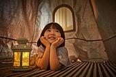 어린이 (나이), 집, 텐트, 전등빛 (조명기구), 미소, 턱괴기 (만지기), 상상력 (컨셉)