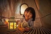 어린이 (나이), 집, 텐트, 전등빛 (조명기구), 미소