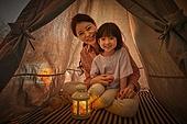 어린이 (나이), 집, 텐트, 전등빛 (조명기구), 미소, 밝은표정, 엄마, 딸