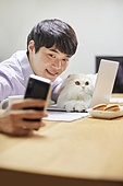 재택근무, 재택근무 (원격근무), 사회적거리두기, 사회적거리두기 (사회이슈), 격리, 비대면 (사회이슈), 자가격리, 고양이 (고양잇과), 반려동물 (길든동물), 셀프카메라 (포즈취하기)